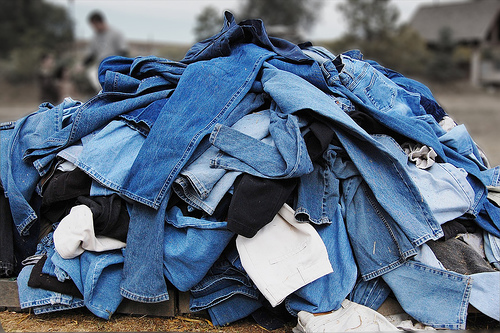 http://daysofarabianlives.files.wordpress.com/2009/07/pile-of-jeans11.jpg